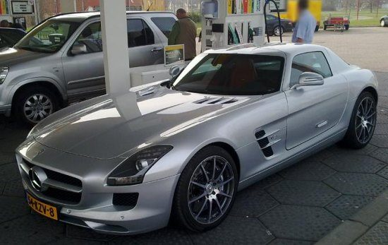 Mercedes SLS AMG bij de pomp