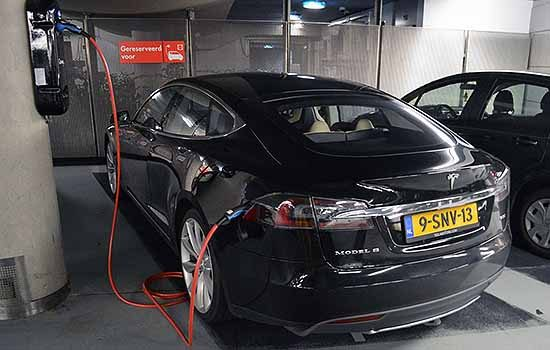 Tesla Model S aan de lader