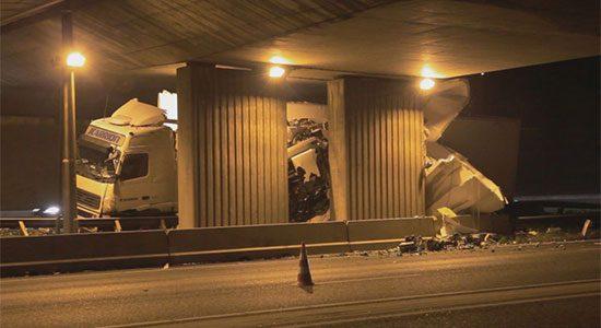 Vrachtwagen botst op viaduct