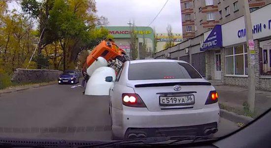 Vrachtwagen zakt in sinkhole