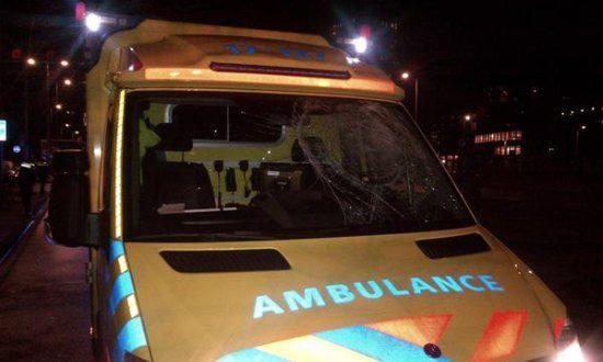 Ambulance met kapotte ruit