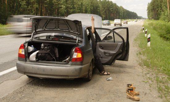 Auto met pech langs de snelweg