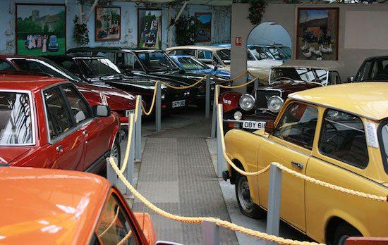 Te koop! Compleet automuseum met 400 voertuigen