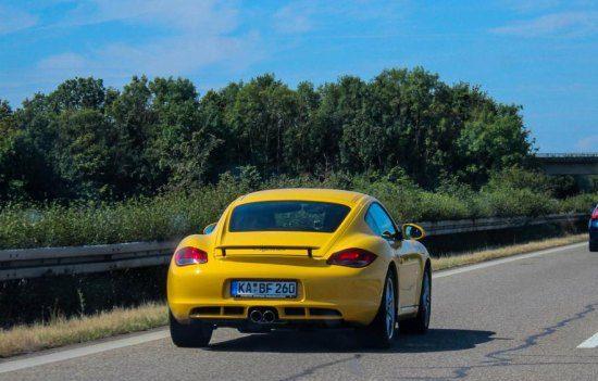 Cayman op de snelweg in Duitsland