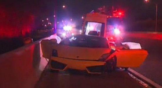 Stijlvol: gehuurde Lambo achtergelaten op snelweg na crash