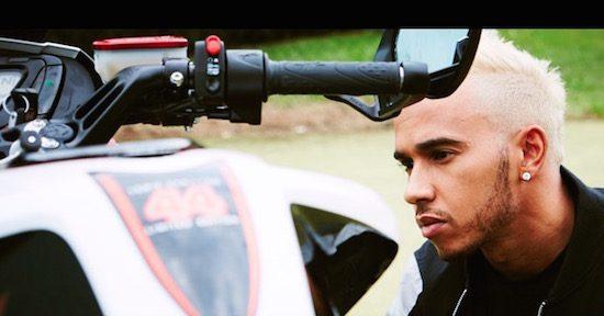 Cool. Lewis Hamilton heeft een MV Agusta gebouwd