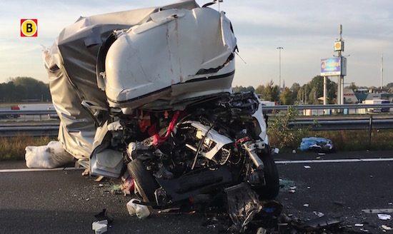 7 crashende vrachtwagens leggen de A67 plat