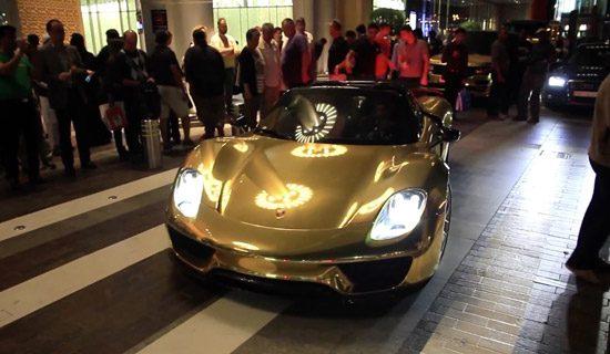 Gouden Porsche 918 scheurt door Dubai