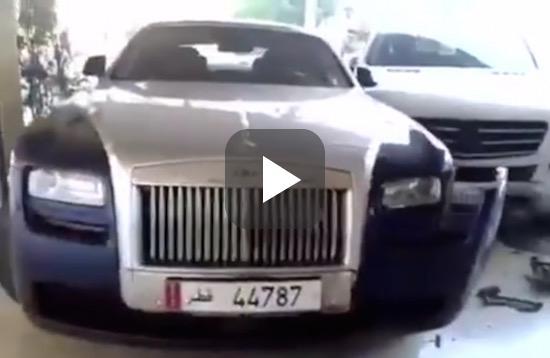Verwarde man in Mercedes beukt een Rolls-Royce stuk