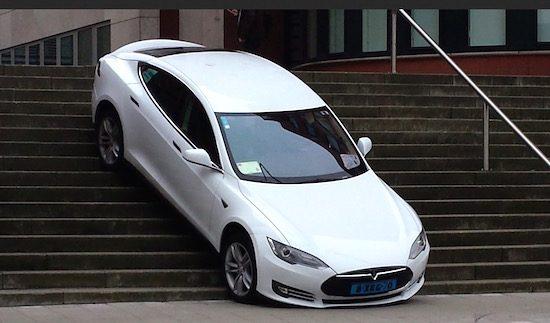 Verzin een onderschrift: Tesla-rijder snapt trap niet