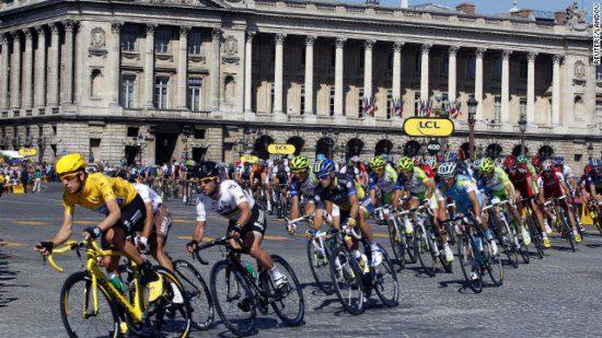 Tour de France: auto ramt dranghek, politie schiet op auto