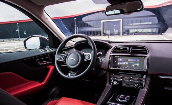 Jaguar f pace rijtest en video for Interieur jaguar f pace