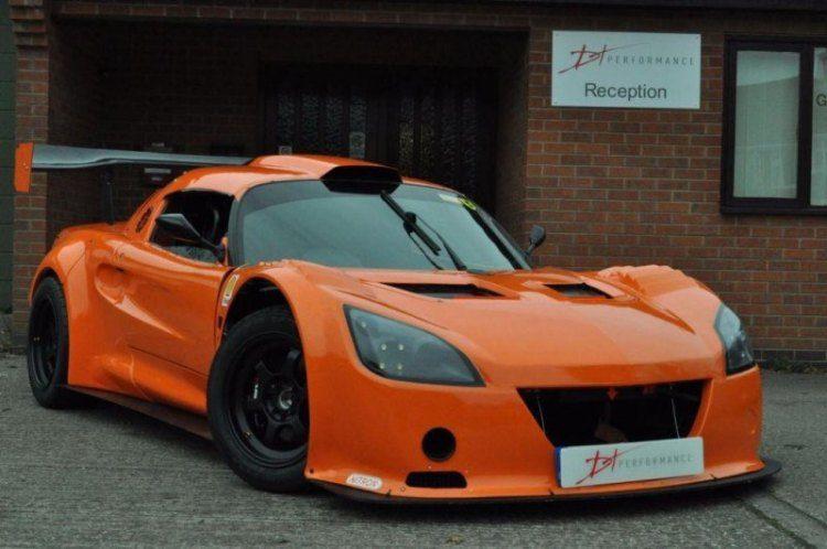 Iemand trek in een Lotus met Italiaanse V8?