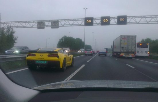 Corvette in de file