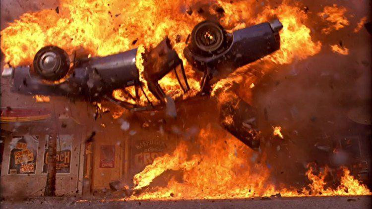 Duitser poetst auto. Auto ontploft.