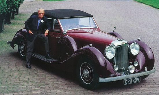 Bernhard bij de Lagonda Drophead Coupe