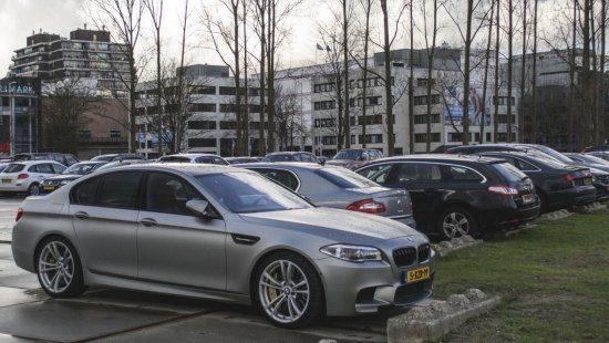 Gespot: BMW M5 30 Jahre in een druilerig Rotterdam