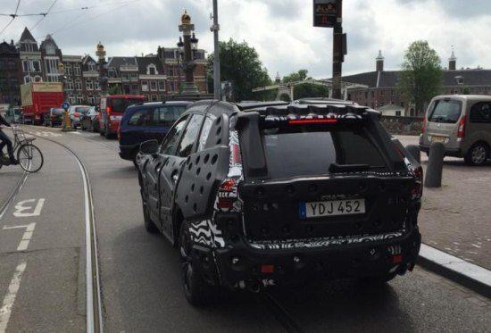 Gespot: de Volvo XC40 rijdt door Amsterdam