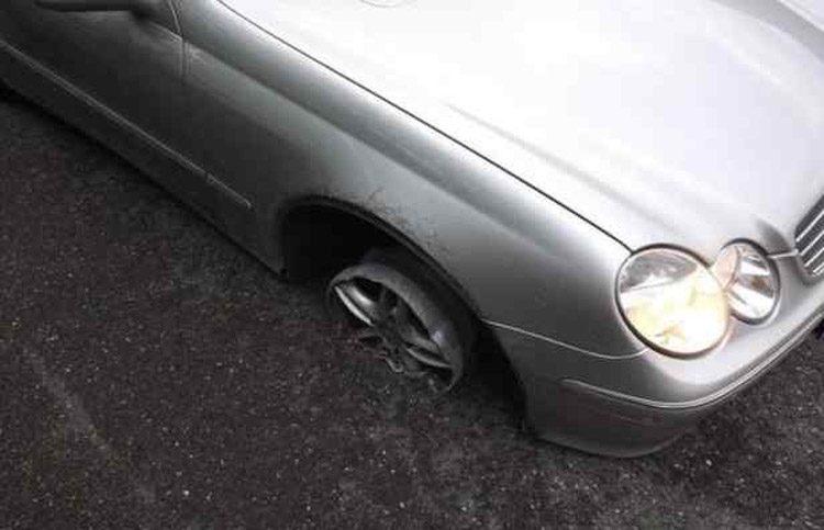 Mercedes op drie banden
