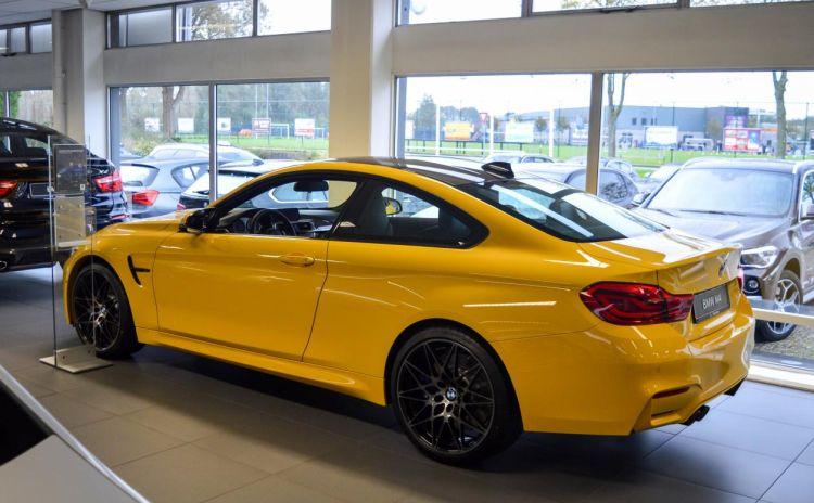 Gespot: zo geel zag je de BMW M4 nog nooit
