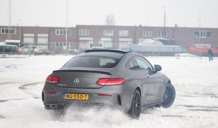 Gespot: Mercedes-AMG C63 S drift in de sneeuw