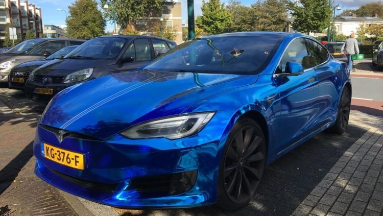 Gespot: Tesla Model S in chroom blauw