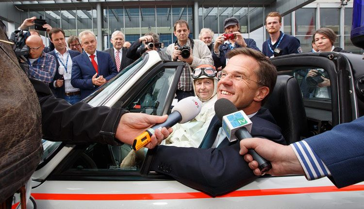 Mark Rutte in een Porsche