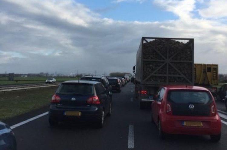 Zwarte Pietendiscussie legt verkeer op A7 lam
