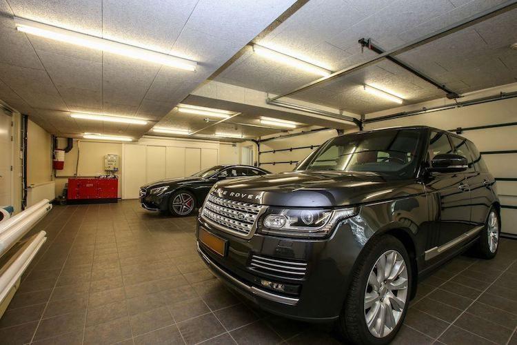 Nederlandse villa komt met TWEE parkeergarages