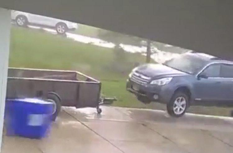 Video: zware storm tilt SUV op alsof het niks is