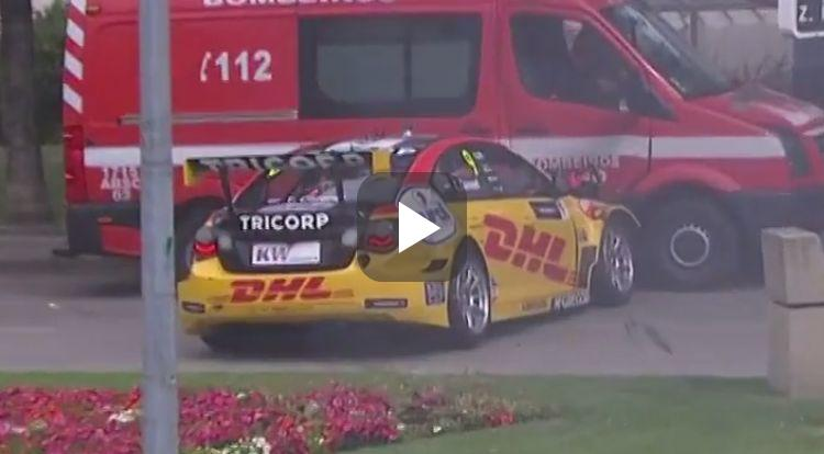 Video: Tom Coronel ramt brandweerauto