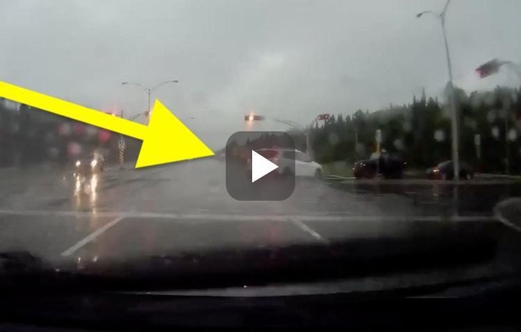 Video: roekeloze SUV aquaplaneert lantaarnpaal omver
