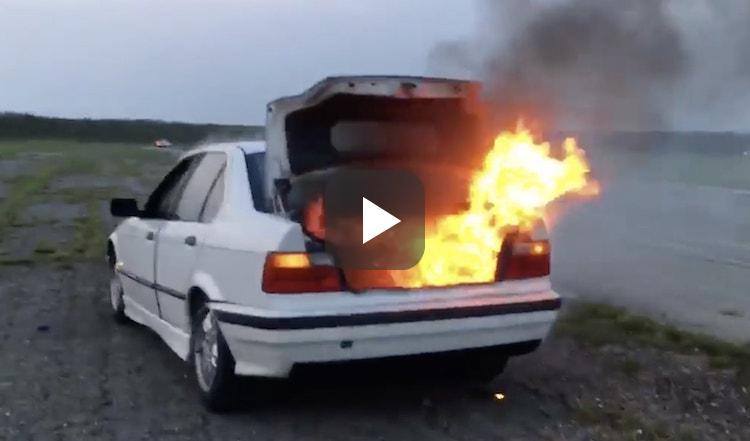 Verdwaalde bus WD40 tovert BMW E36 om tot open haard