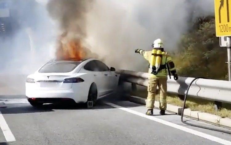 De bizarre reden dat deze Tesla in de fik is gevlogen