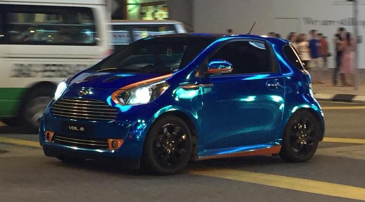 Gespot: chroom blauw past op geen ENKELE Aston Martin