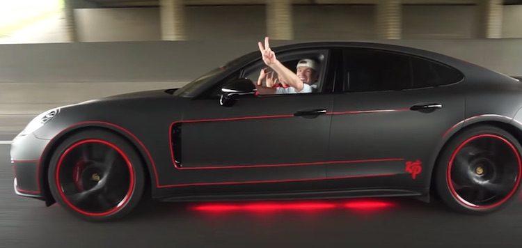 de panamera heeft een wrapje aangemeten gekregen en la need for speed beschikt de auto over rode neonverlichting
