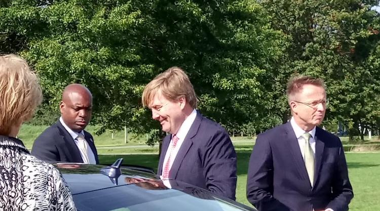 Gespot: Koning Willy naast zijn Audi A8 Limousine!
