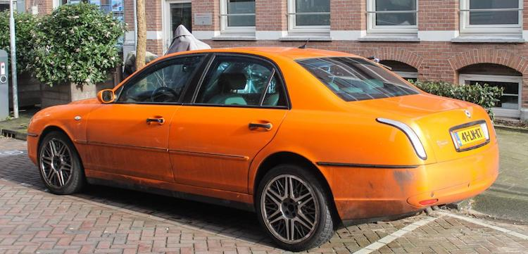 Gespot: Lancia Thesis in flitsend oranje, mag dat?