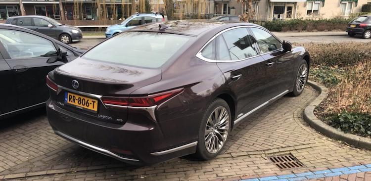 Gespot: Lexus LS500h op Nederlandse platen