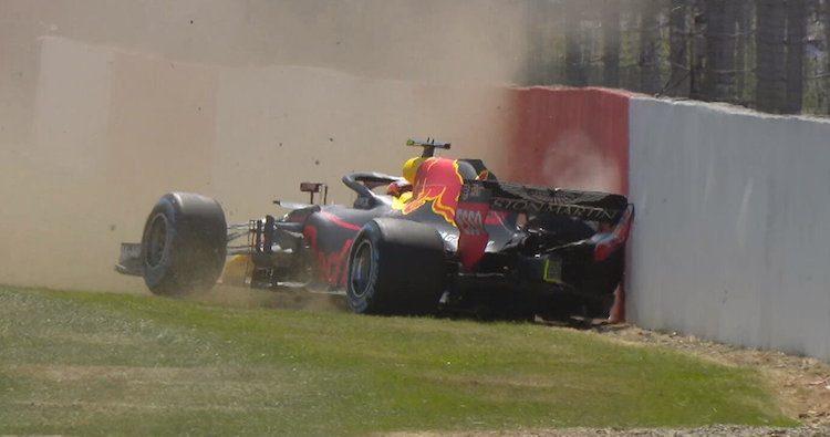 Oeps! Verstappen parkeert Red Bull in de muur