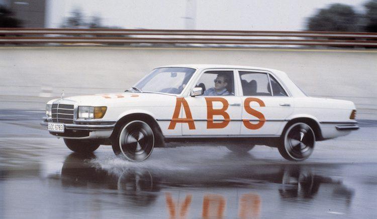 Mercedes viert 40-jarig bestaan ABS, maar is dat terecht?