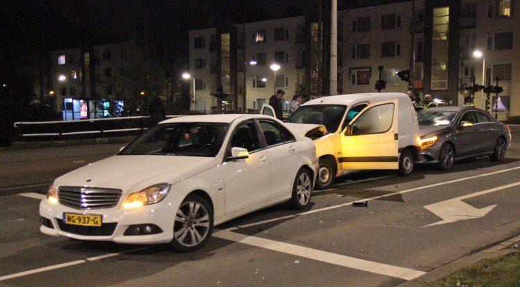 Twee Mercedessen versus één Peugeot Partner
