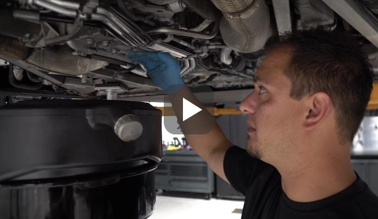 Video: oliebeurt Bugatti Veyron duurt gruwelijk lang