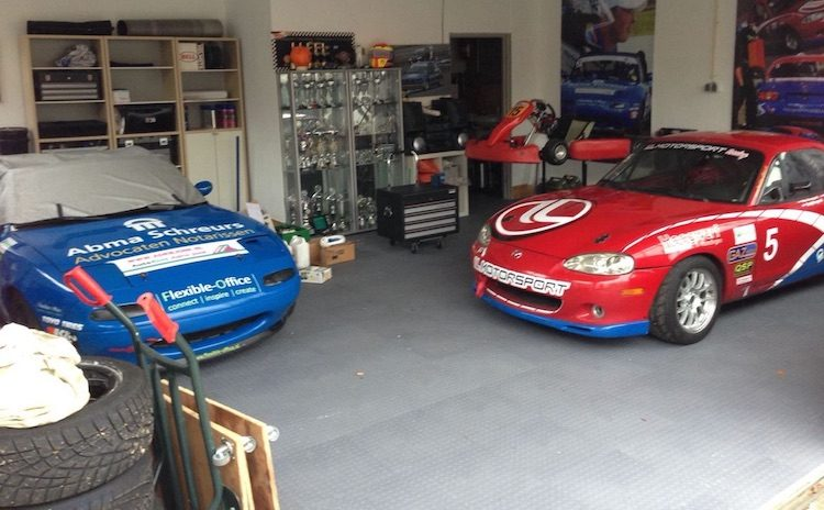 Nederlands huis met raceauto's in de garage
