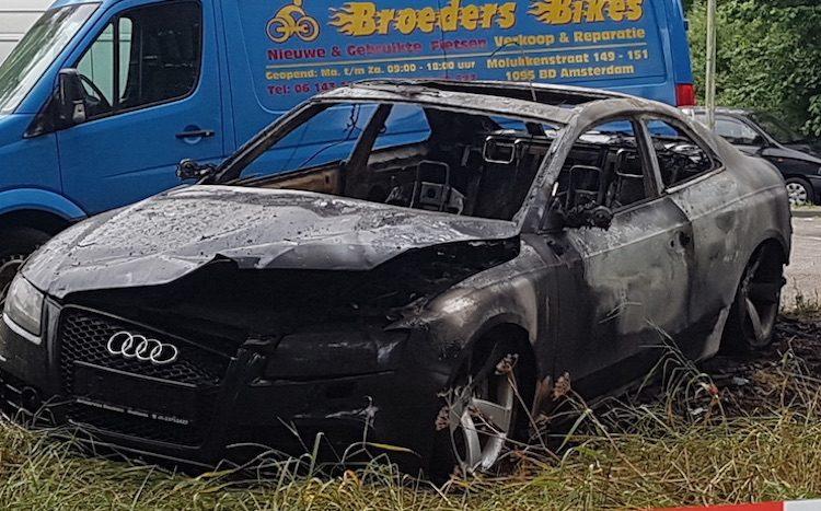 Telegraaf-vluchtauto Audi RS5 Coupé uitgebrand gevonden