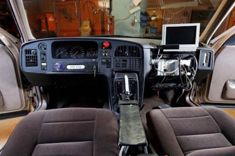 Deze Saab 9000 had geen normaal stuur, maar een joystick