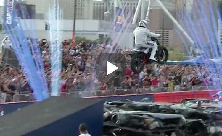 Video: kijk hoe Travis Pastrana over 50+ auto