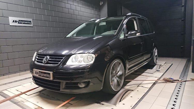 Nederlander propt Golf R-blok in Volkswagen Touran
