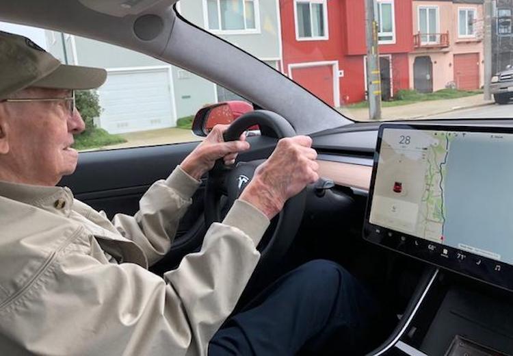 96-jarige racer verruilt klassieker voor Tesla Model 3