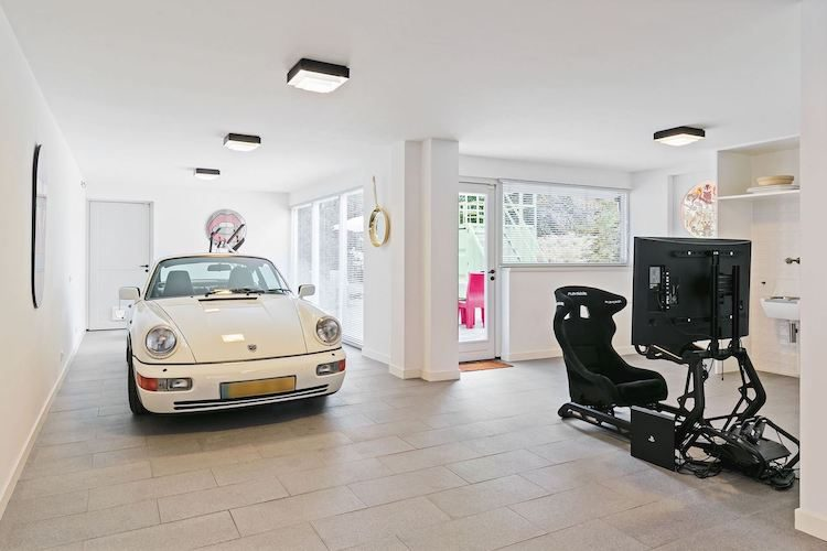 Villa in Brabant heeft Porsche 911 én playseat in huis
